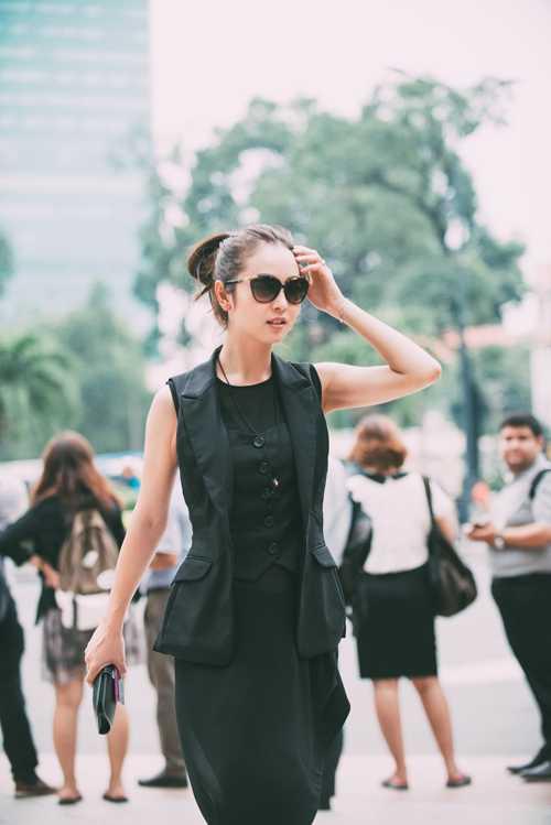 Gái hai con' khoe vóc dáng thanh mảnh và vẻlạnh lùng khi sải bước trên con phố trung tâm của Sài Gòn.