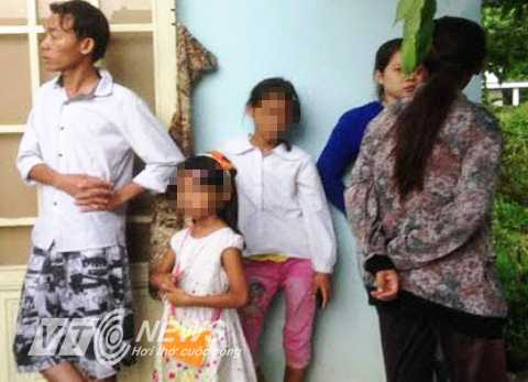Hai cháu nhỏ chưa hết bàng hoàng khi chứng kiến người cha sát hại người tình rổi tự sát trong nhà