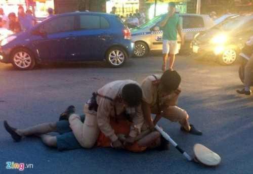 CSGT vật lộn với tài xế say xỉn (Ảnh: Zing)