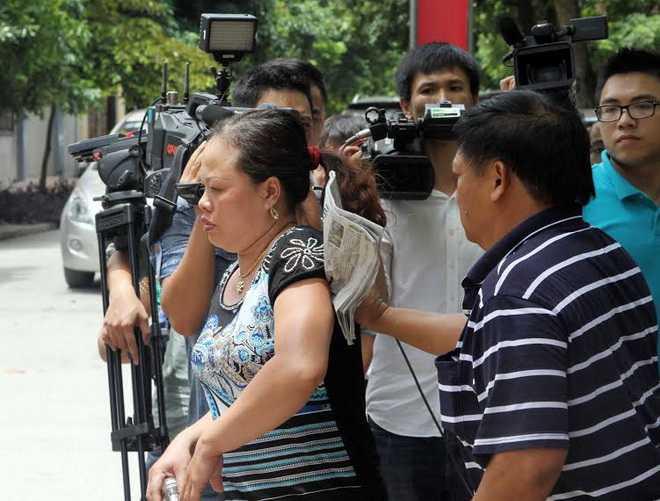 Mẹ tiền vệ Trần Mạnh Dũng bức xúc sau phiên tòa