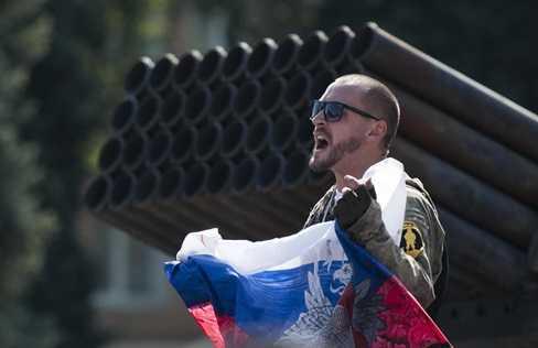 Một tay súng ly khai cầm quốc kỳ Nga ở Donetsk hôm 24/8 (Nguồn: AP)