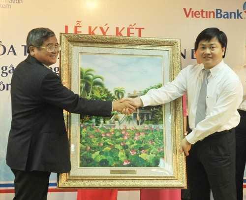 Tổng Giám đốc VietinBank Lê Đức Thọ tặng quà lưu niệm cho Tổng Giám đốc Tập đoàn FPT Bùi Quang Ngọc