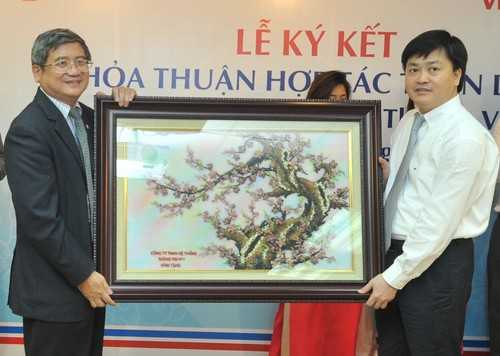 Tổng Giám đốc Tập đoàn FPT Bùi Quang Ngọc tặng quà lưu niệm cho VietinBank