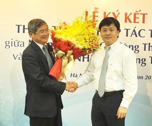 Tổng Giám đốc VietinBank Lê Đức Thọ tặng hoa chúc mừng mối quan hệ hợp tác bền chặt giữa VietinBank và FPT