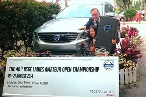 Natasha Oon bên giải thưởng là chiếc xe Volvo gần 2 tỷ đồng