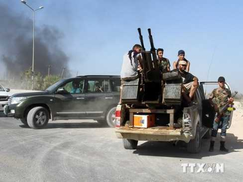 Các tay súng Fajr Libya kiểm soát cổng vào sân bay Tripoli. (Nguồn: THX/TTXVN)