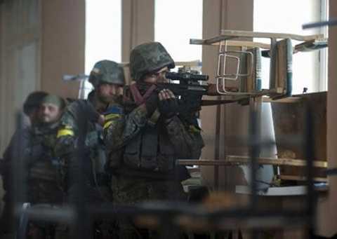 Binh sĩ Ukraine đang ở vị trí chiến đấu trong cuộc giao tranh với phe ly khai thân Nga ở thị trấn Ilovaysk ngày 26/8