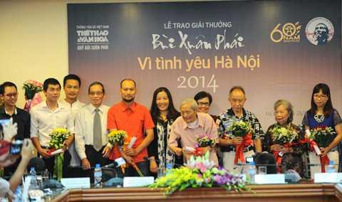 Các đề cử nhận hoa và chứng nhận từ BTC và đại diện gia đình cố họa sỹ Bùi Xuân Phái