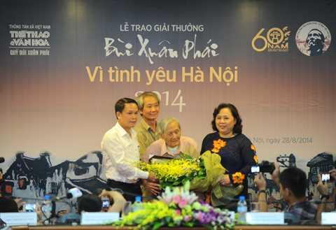 Giải thưởng Lớn - Vì tình yêu Hà Nội 2014 được trao cho nhà nghiên cứu Vũ Tuân Sán