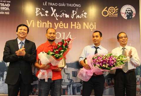 Giải Tác phẩm được trao cho nhà nghiên cứu Trần Hậu Yên Thế (thứ 2 từ trái sáng) và dịch giả Nguyễn Văn Tùng