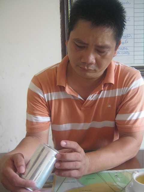 Ông Nguyễn Duy Anh Khoa - Trưởng chi nhánh Huda Huế tại Nghệ An đang cầm lon