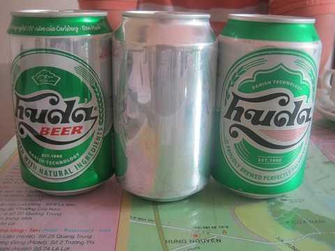 Mẫu lon bia Huda ngoài cùng bên tay trái đã dừng sản xuất. Ngoài cùng bên phải là mẫu đang sử dụng