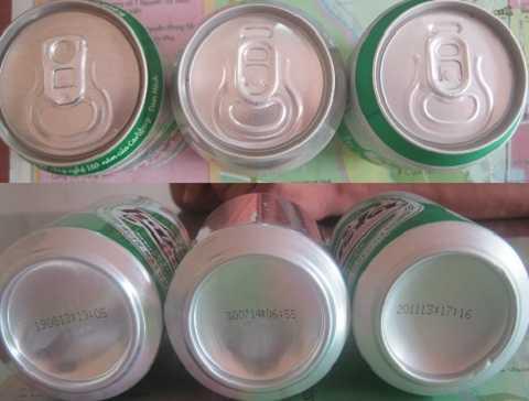 Mặt trên và mặt dưới của 3 lon bia. Riêng mẫu 2013 dừng sản xuất, 2 mẫu còn lại có cùng thời gian sản xuất là ngày 30/7/2014