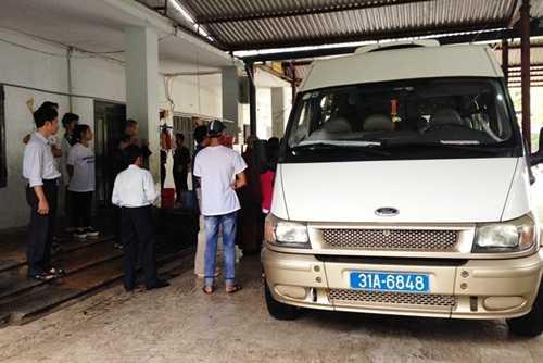 Xe của cơ quan chức năng có mặt tai khu nhà mở chùa Bồ Đề để chuyển trẻ em và người già về các trung tâm bảo trợ xã hội (Ảnh: Minh Chiến)