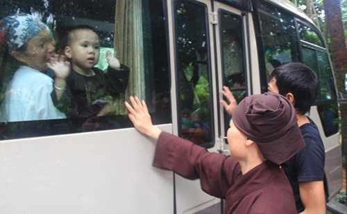 Trẻ em chia tay chùa Bồ Đề (Ảnh: Minh Chiến)