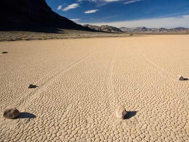 Những hòn đá lớn đã di chuyển và để lại dấu vết rõ ràng trên mặt đất. (Nguồn: Getty Images)