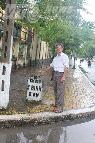 Nhà sử học Đặng Đình Hùng bên cột mốc số 3 hiện tại, nay là một khu vực sầm uất
