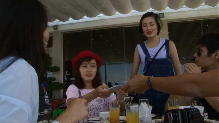 Thanh Hoa nhanh nhẹn phục vụ thức ăn.