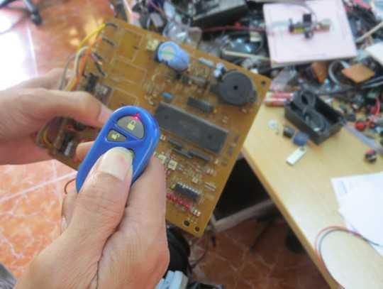 Tên trộm dùng thủ đoạn tinh vi, với thiết bị công nghệ cao, phá mã cửa cuốn (Ảnh minh họa)