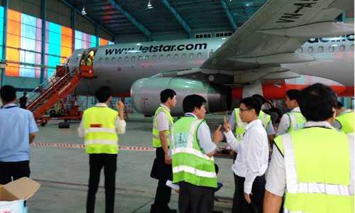 Lần đầu tiên hãng hàng không ở Việt Nam diễn tập thoát hiểm trên máy bay thật thay vì thao tác ở mô hình như trước đây.