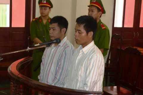 Bị cáo Hồ Văn Thành và Hồ Văn Công tại phiên tòa xét xử ngày 30-5.