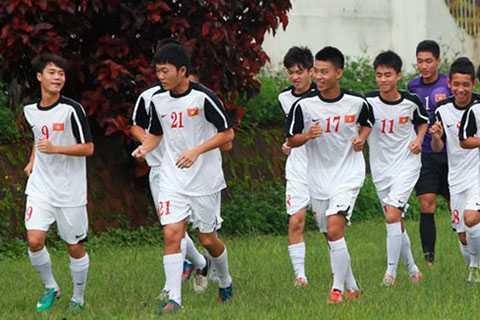 Các cầu thủ dự bị của đội U19 đang ráo riết luyện tập