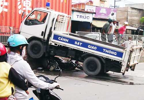 Xe tải CSGT chuyên chở xe vi phạm gây tai nạn. Ảnh: Độc giả cung cấp.