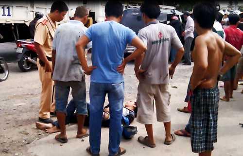 Nạn nhân bị thương được đưa vào lề đường. Ảnh: Độc giả cung cấp.