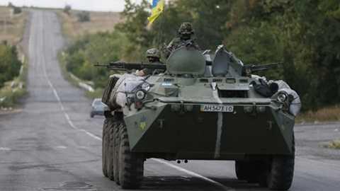 Xe quân sự của lực lượng Ukraine gần thành phố Donetsk - Ảnh: Reuters