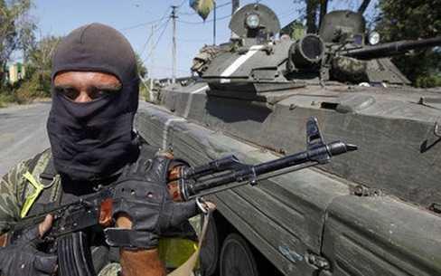 Binh sĩ Ukraine tại một trạm kiểm soát ở Donetsk (Ảnh Reuters)
