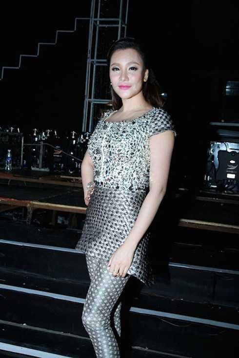 Hồ Quỳnh Hương cũng xuất hiện với vẻ đẹp thanh lịch nhưng cô lại chưa được đánh giá cao qua bộ trang phục này.