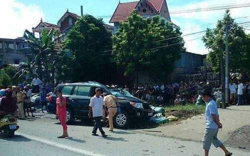 Chiếc xe công vụ của Bộ Công an tại hiện trường vụ tai nạn