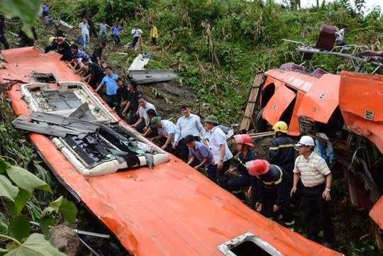 Bộ trưởng Đinh La Thăng dẫn đầu đoàn công tác tới kiểm tra tại hiện trường chiếc xe khách gặp nạn ở đáy vực