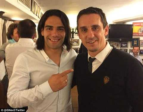 Falcao bên huyền thoại Gary Neville