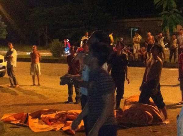 Công an và người dân dùng nệm trải xung quanh cột điện cho Minh nhảy xuống.