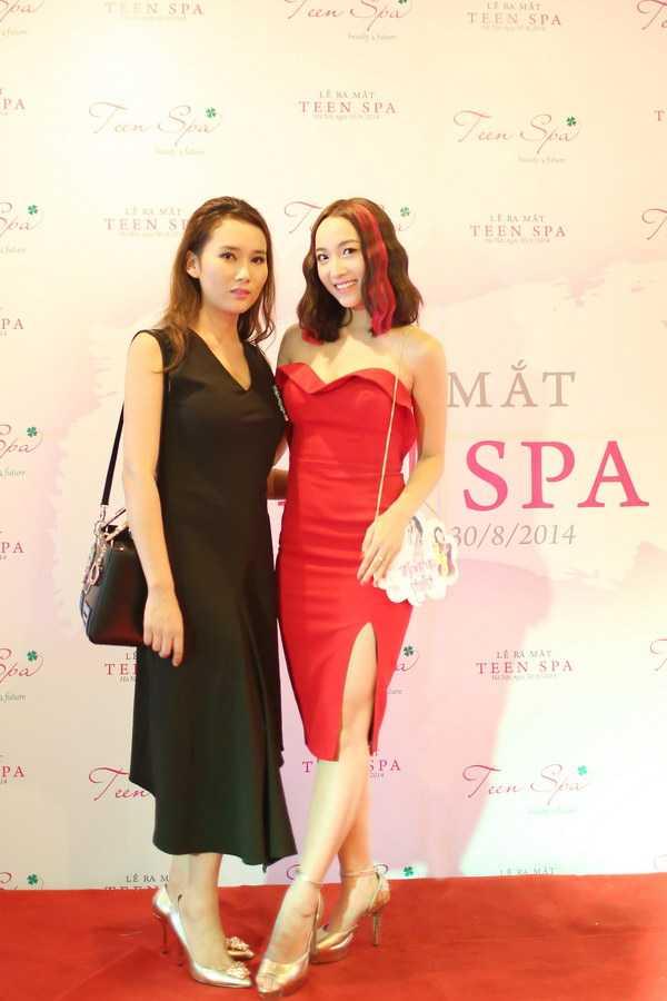Diễn viên Hoàng Mai Anh chụp ảnh chung với bà chủ Teen Spa