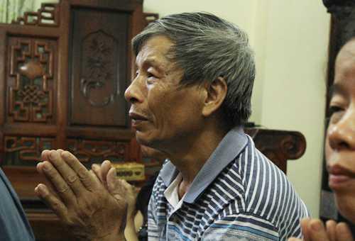 Ông Nguyễn Văn Gồ, bố nạn nhân Nguyễn Văn Thắng đau đớn khi người con trai duy nhất ra đi. Ảnh: H.P.