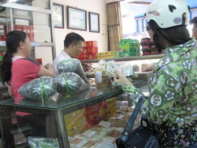 Khách mua hàng ở cửa hàng Ninh Hương (Hàng Điếu).