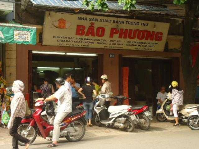 Mới đầu giờ sáng cửa hàng Bảo Phương (Thụy Khuê) đã có đông khách đến mua bánh.