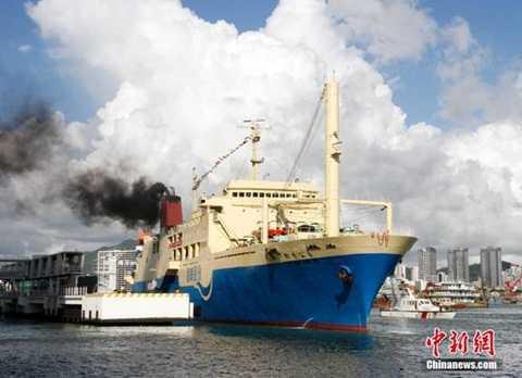 Tàu Coconut Princess của Trung Quốc chở hơn 200 người tham quan đảo Hoàng Sa của Việt Nam