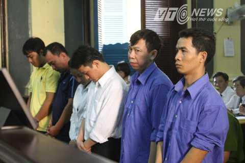 Bị cáo Phan Cao Trí (thứ hai từ phải sang) được cho là chủ mưu vụ án cùng đồng bọn trong phiên xét xử ngày 4/9/2014