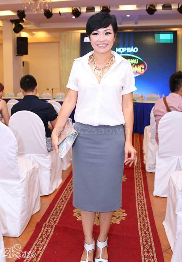 Kiểu trang phục này chỉ làm cho chiều cao hạn chế của Phương Thanh càng được dịp phơi bày.