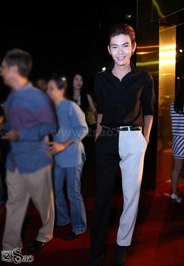 Nếu có thêm một chút màu trắng ở phần trên áo thì bộ trang phục của Đào Bá Lộc không đến nỗi nào. Nhưng đằng này nó chỉ có một cục trắng duy nhất trên tổng thể đen từ đầu tới chân khiến chân Bá Lộc như thể