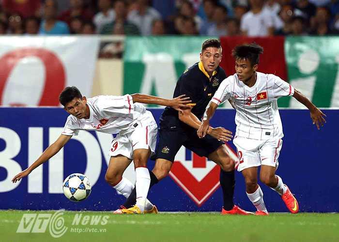 Lối đá thiên về thể lực của đội bạn khiến U19 Việt Nam gặp khó khăn