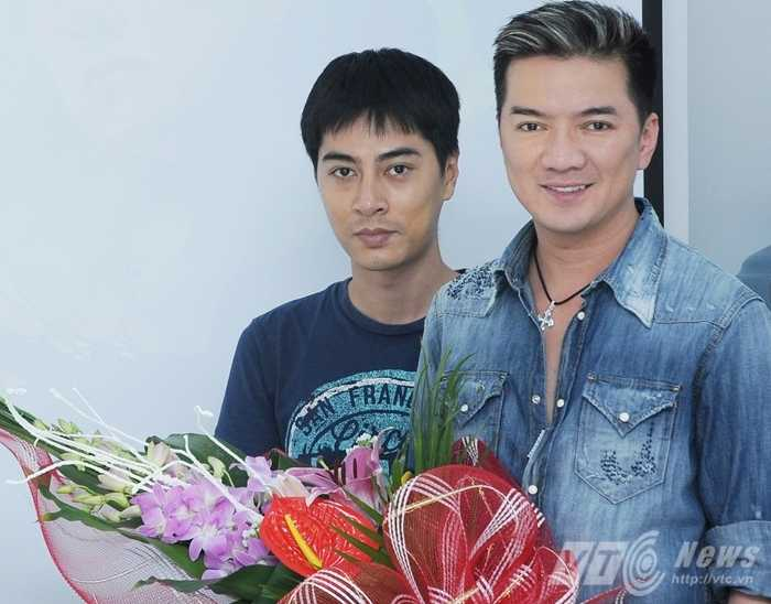 Đại diện Báo điện tử VTC News tặng hoa ca sỹ Đàm Vĩnh Hưng