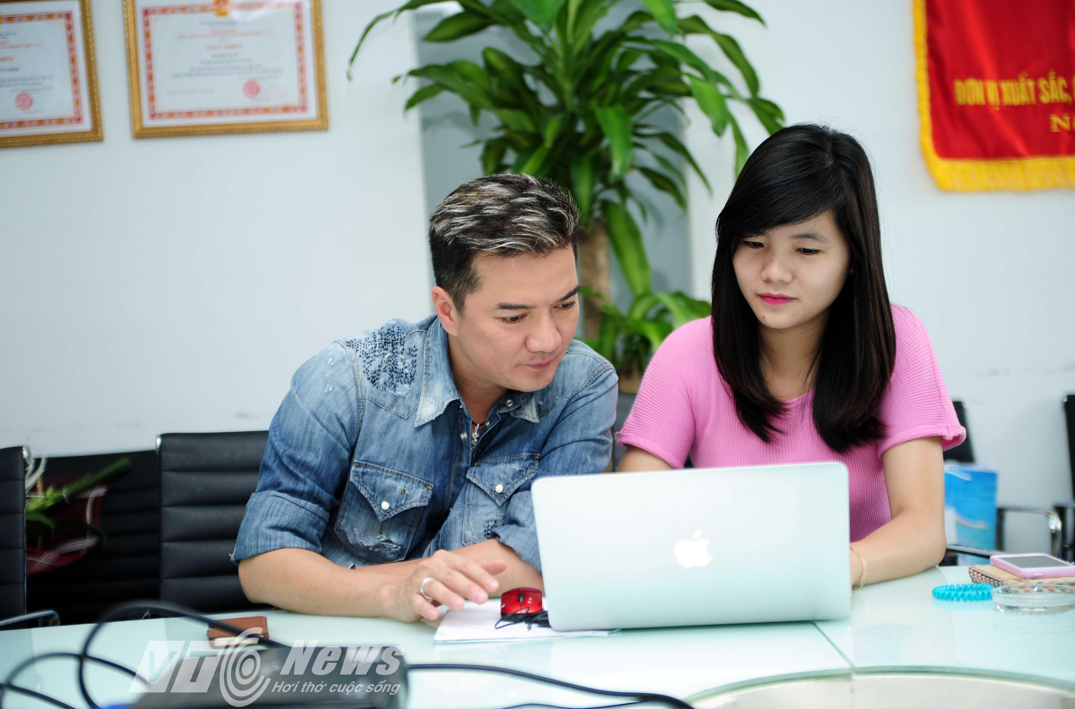 Ca sỹ Đàm Vĩnh Hưng đang trả lời trực tuyến độc giả Báo điện tử VTC News