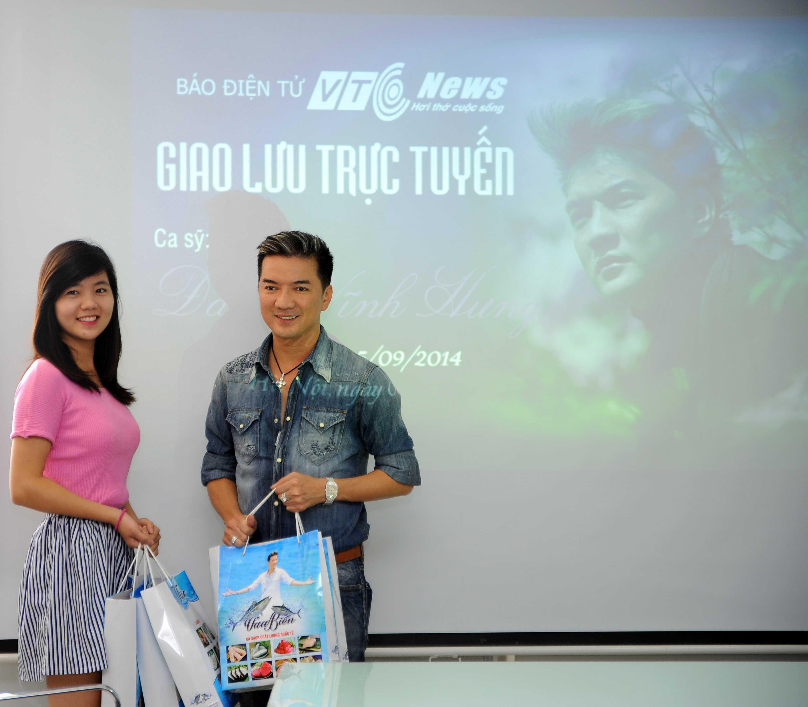 Ca sỹ Đàm Vĩnh Hưng gửi quà tặng từ nhãn hàng Vua Biển tới 5 độc giả đã tham gia đặt câu hỏi giao lưu trực tuyến với anh