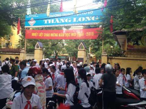 Giao thông tắc nghẽn phía bên ngoài Trường THCS Thăng Long (đường Nguyễn Văn Ngọc).