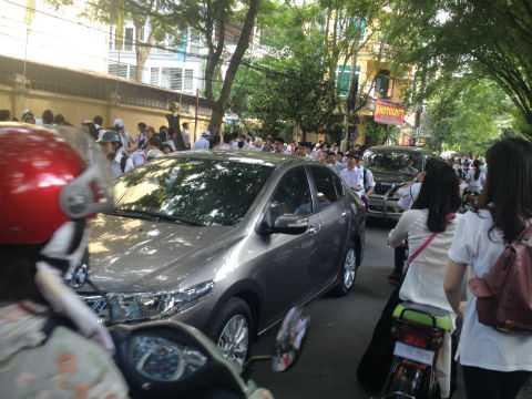 Tình trạng tắc đường xảy ra nghiêm trọng tại các điểm có trường học.