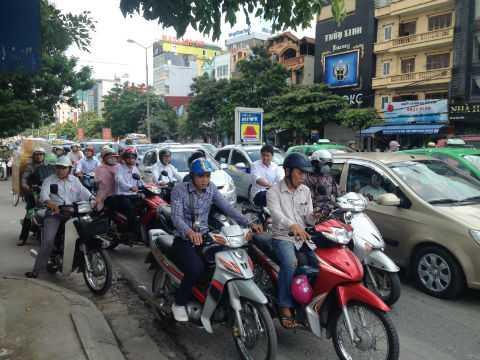Các phương tiện di chuyển khó khăn trên đường Nguyễn Khánh Toàn.